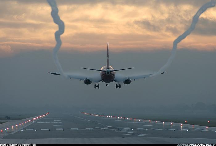 Smuga aerodynamiczna lądującego samolotu. Źródło: airliners.net, contrailscience.com